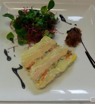 Marbré d'Agatha Confit au Foie Gras et Petits Légumes, Marmelade d'Oignons Rouges et Salade de Blé