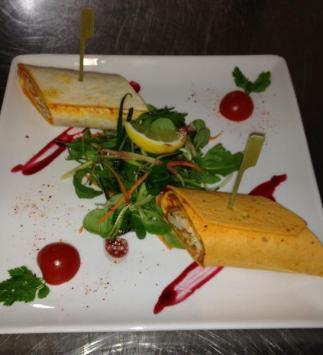 Wraps de Poulet Mariné, Salade de Légumes Croquants et Mimolette